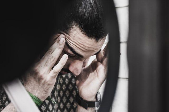 homme maltraité psychologiquement