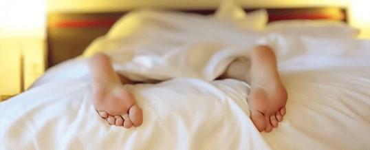Dormir sur le ventre : est-ce réellement une bonne idée ?